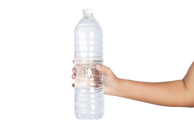 Рука держит бутылку с водой, изолированные на белом фоне. обтравочные контуры.