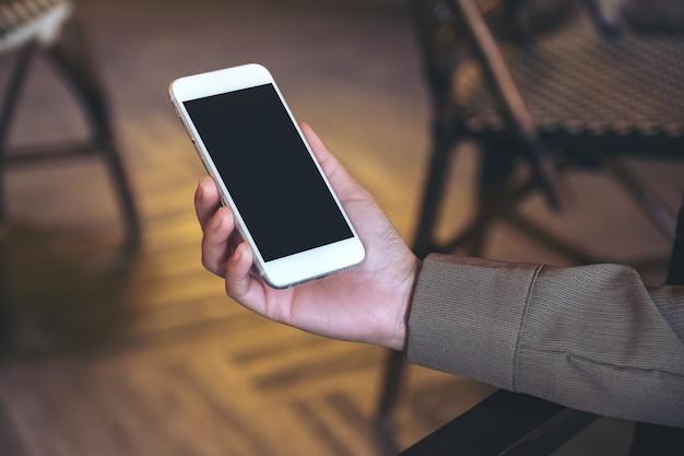 손을 잡고 빈 검은 화면 흰색 휴대 전화