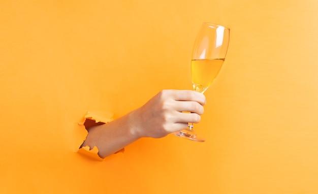 손을 잡고 벽에서 튀어 나온 와인 잔