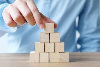 手、木製のキューブ、ビジネスコンセプト背景、モックアップ、テンプレートを保持