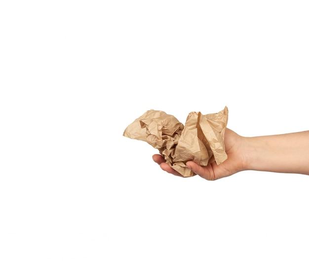手は羊皮紙のしわくちゃの茶色のシートを保持しています。