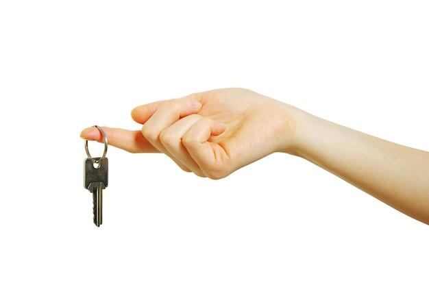Рука держит ключ, изолированный на белом