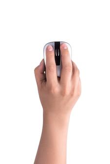 Рука держит компьютерную мышь, изолированную на белой стене.
