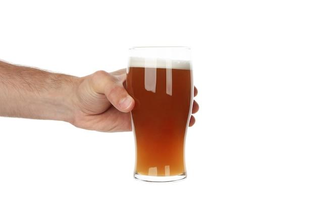 Рука держит стакан пива, изолированные на белом