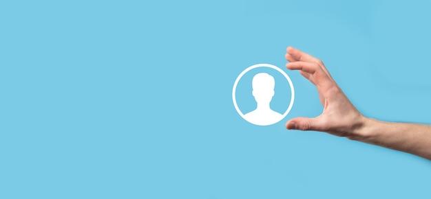 手は青い背景にユーザー個人アイコンインターフェイスを保持します。webサイトのデザイン、ロゴ、アプリ、ui.bannerのユーザーシンボル。