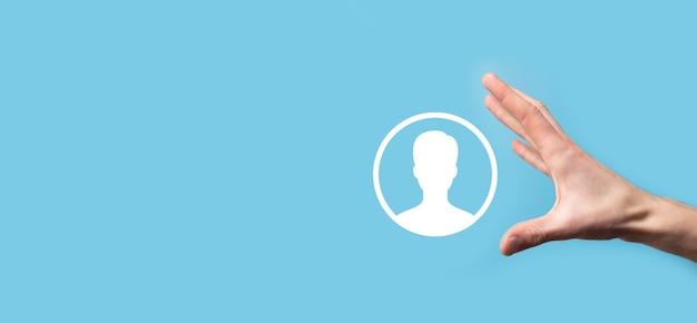 손은 파란색 배경에 사용자 사람 아이콘 인터페이스를 보유하고 있습니다. 웹 사이트 디자인, 로고, 앱, ui에 대한 사용자 기호입니다.