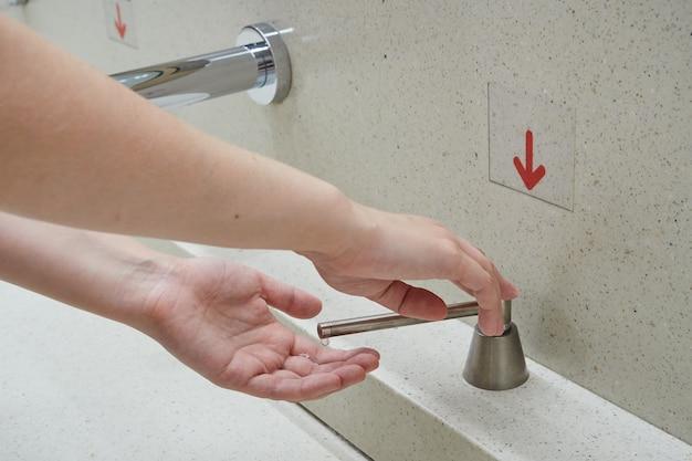 비누 치료제를 사용한 손 위생.