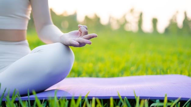 瞑想する女性の手の画像