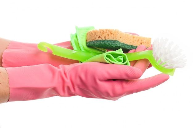 スポンジを保持しているピンクの手袋で手します。