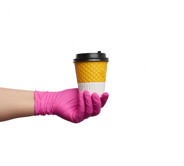 ピンクのラテックスグローブで手を保持する紙の使い捨て段ボールcu