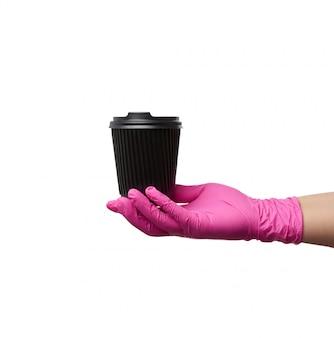 분홍색 라텍스 장갑에 손을 흰색 배경에 종이 일회용 골판지 컵과 플라스틱 커버를 보유하고