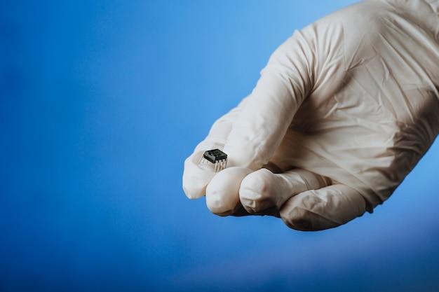 白い手袋をはめた手は、流行のコロナウイルスコピースペースの後に人々のチップチップ化を保持します
