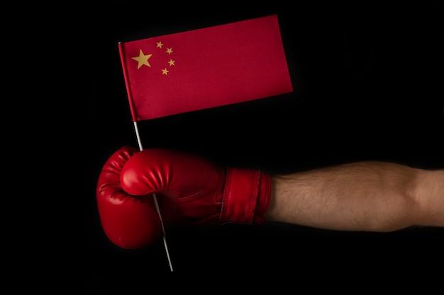 ボクシンググローブを手にすると、中国の旗が掲げられます。黒い表面。