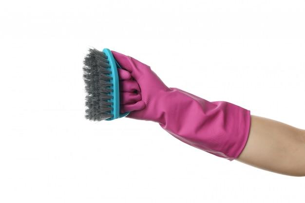 白で隔離、手袋ホールドブラシの洗浄に手します。