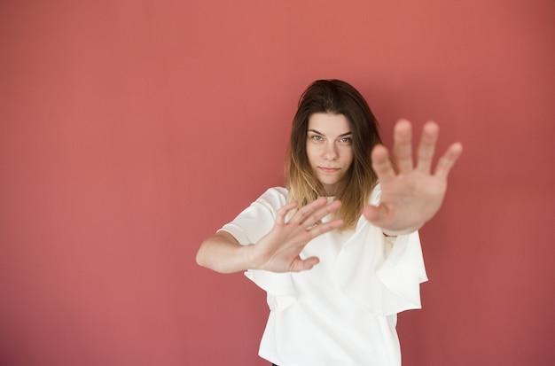 Рука впереди крупным планом женщина хочет остановить тело знак запрета