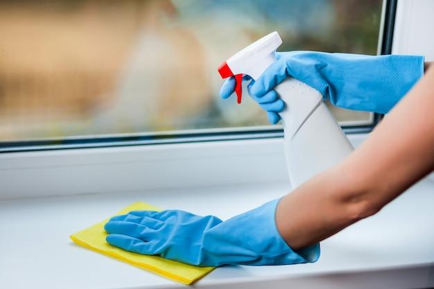 手袋をはめて窓を洗う