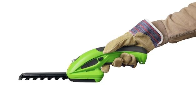 保護手袋をはめた手は、ハンドヘルド電気ガーデントリマーを保持します