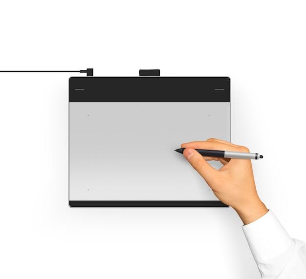 Рука в рукаве рубашка держит стилус для графического планшета