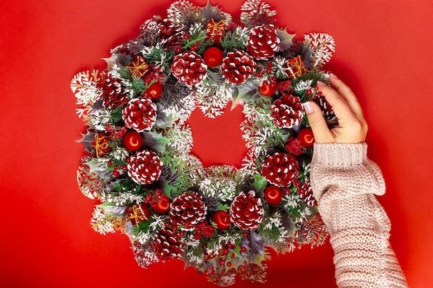 セーターを手にすると、クリスマスリースにモミの実が追加されます