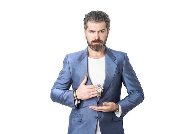 ビジネススーツを着た腕時計を手に取ってください。スーツのエレガントなハンサムな男