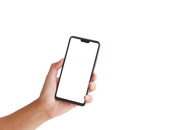 Рука держит белый экран, мобильный телефон изолирован на белом фоне с обтравочным контуром.