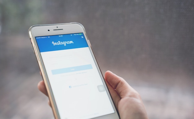 手がlogin screen instagramアイコンを押している