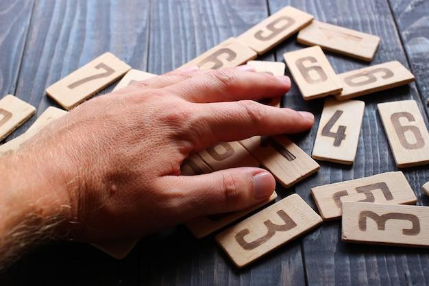 手は木の数字の上にあります
