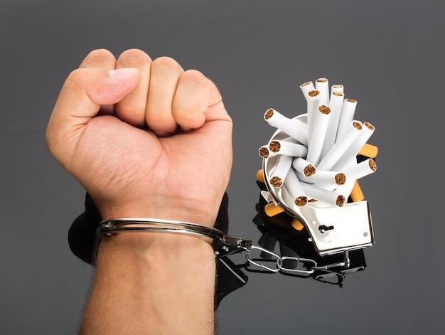 Рука заперта для сигарет