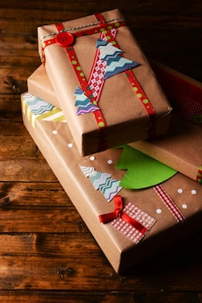 木製の表面に手作りのクリスマスプレゼント