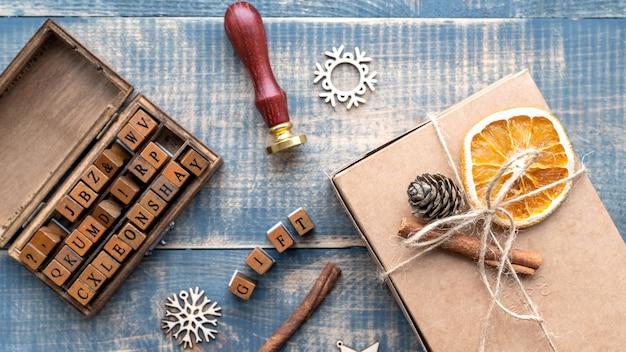 손으로 만든 선물, 편지, 재료 및 장식 구성의 나무 세트. 평면도