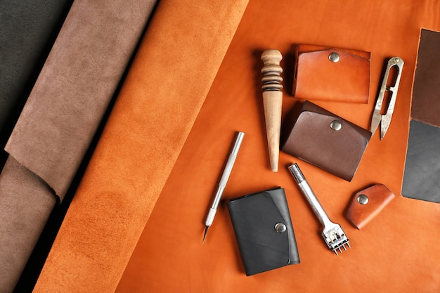 手作りの革の男のアクセサリーとツール