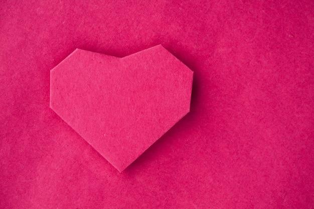 손으로 만든 배경으로 크래프트 종이에 종이 심장. 인사말 자동차. 텍스트를위한 여유 공간