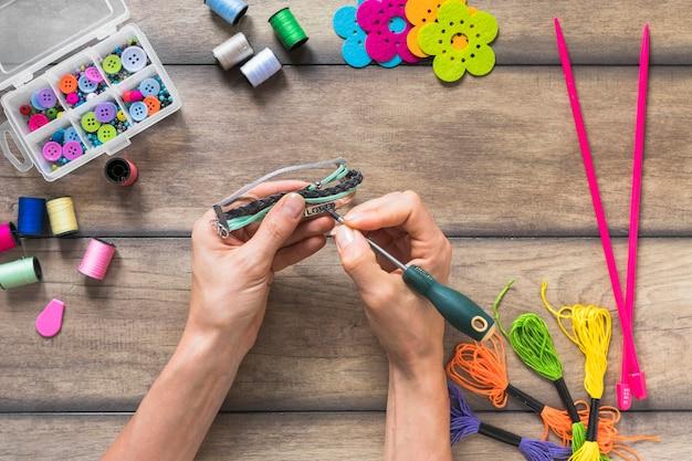 Браслет ручной работы с декоративными элементами на деревянном фоне