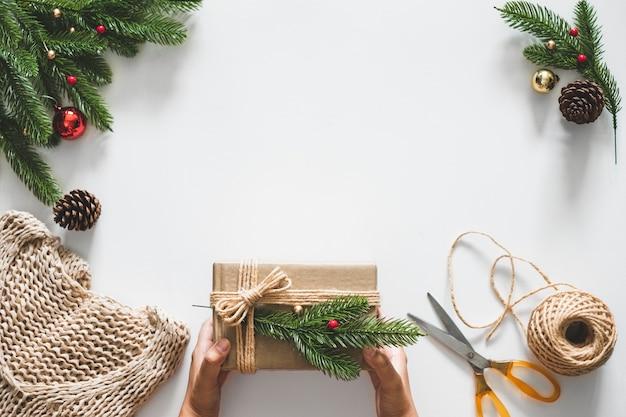 装飾が施されたクリスマスコンセプトの手作りギフトプレゼントボックス