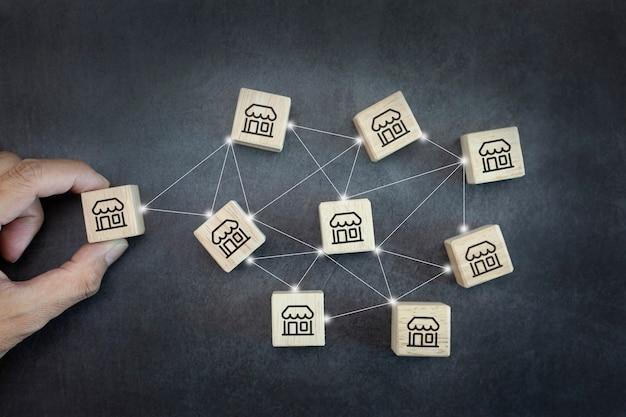 핸드 맨은 글로벌 네트워크 연결에서 프랜차이즈 마케팅 시스템으로 나무 블로그를 선택합니다.