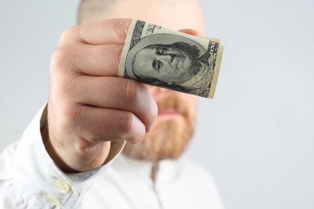 돈을 들고 손 남자를 닫습니다.