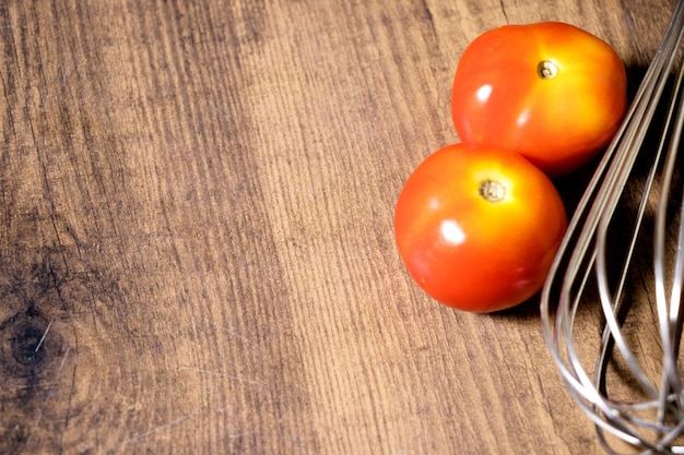 木製のテーブルで卵を打つためのハンドミキサー
