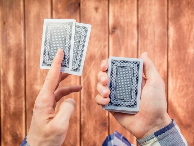 나무 표면에 손 믹싱 카드 놀이