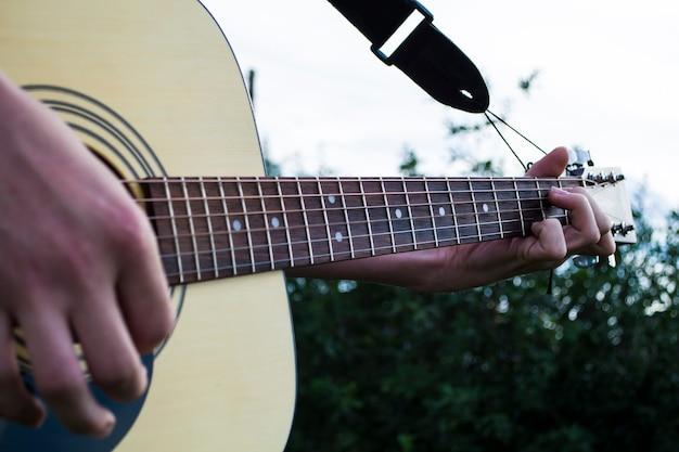 컨트리 스타일 기타를 연주하는 남자의 손