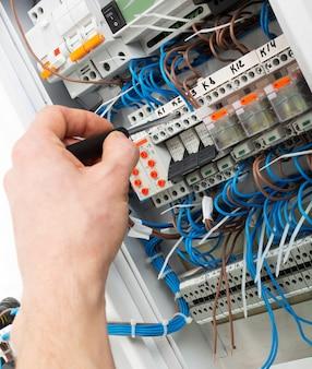 電気技師の手
