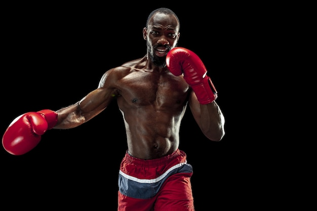 黒の背景の強さの攻撃とモーションの概念上のボクサーの手