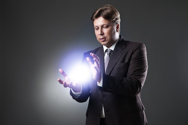 비즈니스 남자의 손 어두운 배경에 빛을 잡아