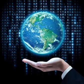 지구 행성을 들고 사업가의 손입니다. 스튜디오 촬영. 이 이미지의 요소는 nasa에서 제공합니다.
