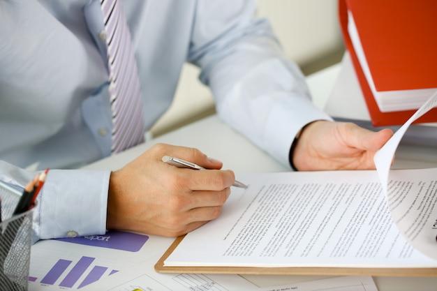 Рука бизнесмена в костюме наполнения крупным планом