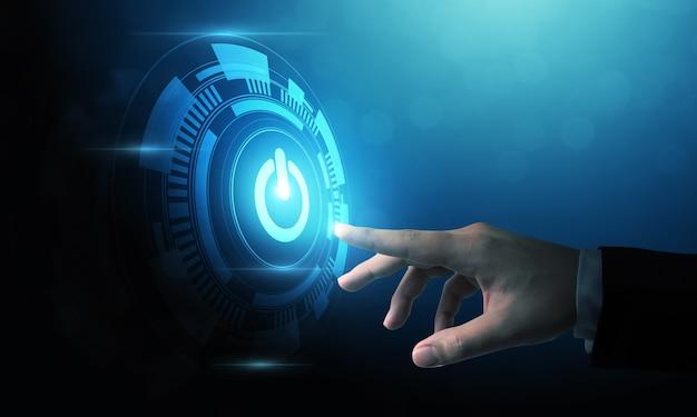 Рука бизнесмена, нажав кнопку цифровой мощности