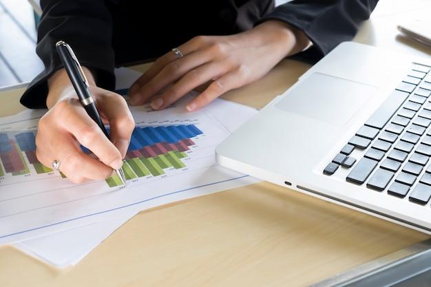 사업가의 손으로 목표 차트를 가리 킵니다.
