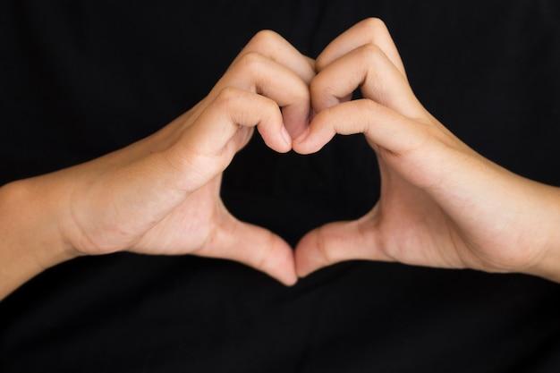 女の子のシンボルジェスチャーハートの手は愛を送る