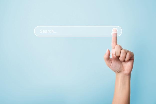 Рука человека касаясь поиска значка увеличительного стекла