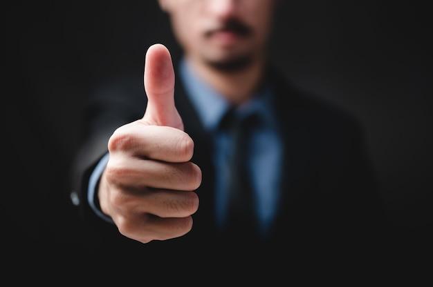Рука профессионального бизнесмена в костюме, исполнительный человек мужского пола, работающий с коллективной работой в офисе для успеха корпоративного бизнеса, приветствие, рукопожатие и фон руки для концепции работы