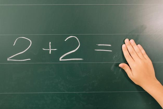 수학 수업에서 학생의 손
